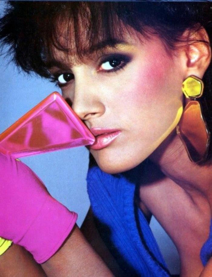 look année 80 Jennifer Beals dans Flashdance avec les accessoires et les couleurs cultes de l'époque
