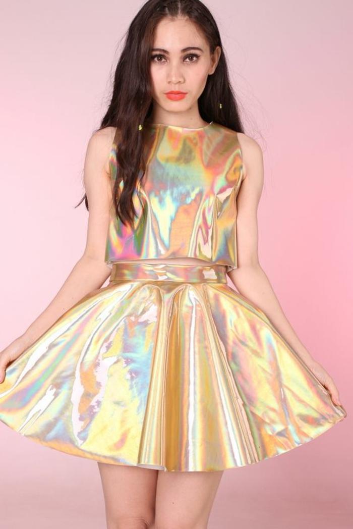 mode année 80 mode femme disco ensemble top sans manches et jupe reflets métalliques joyeux