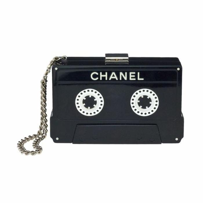 style des années 80 sac de Chanel en forme de cassette symbole de la musique