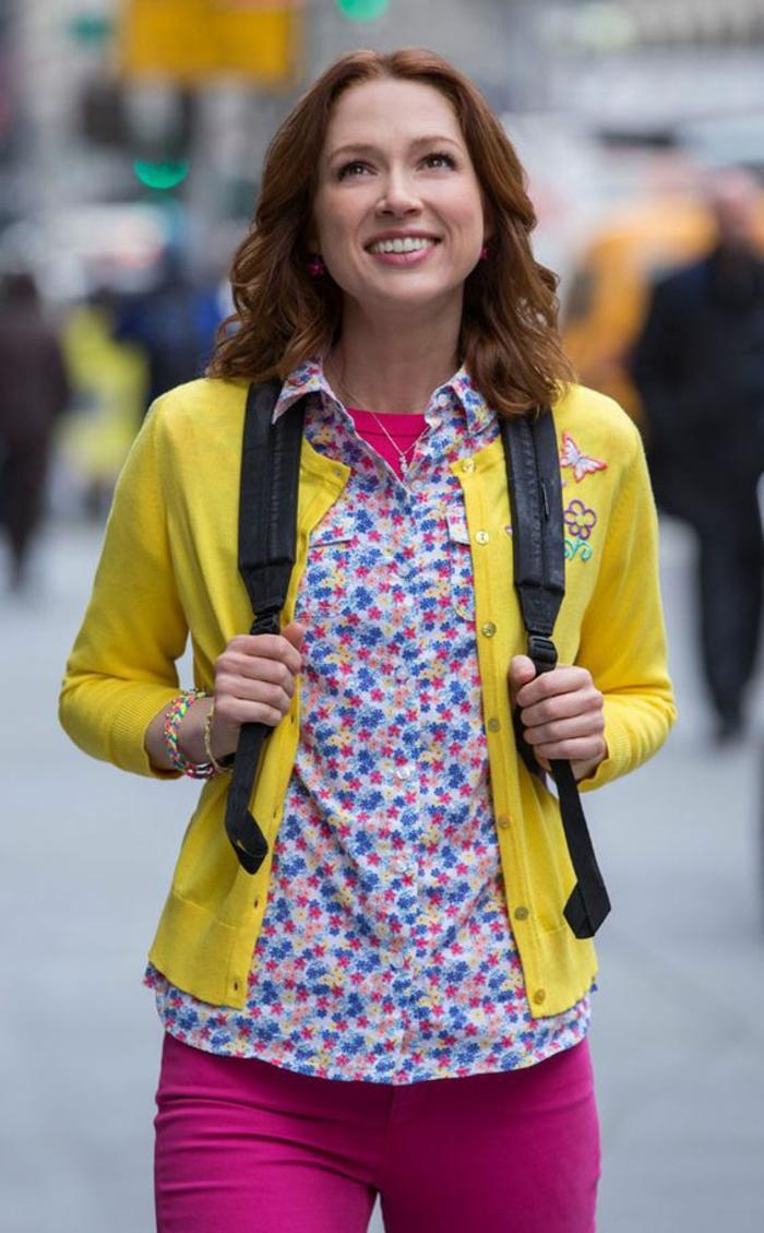 look des annees 80 le plein de couleurs pantalon fuchsia et veste en maille jaune