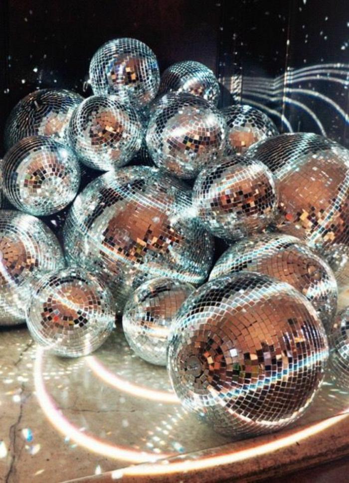 mode des années 80 boules de disco à gogo pour des nuits interminables à danser