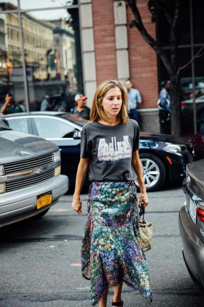look des annees 80 dans les rues de New York jupe asymétrique évasée fortement colorée