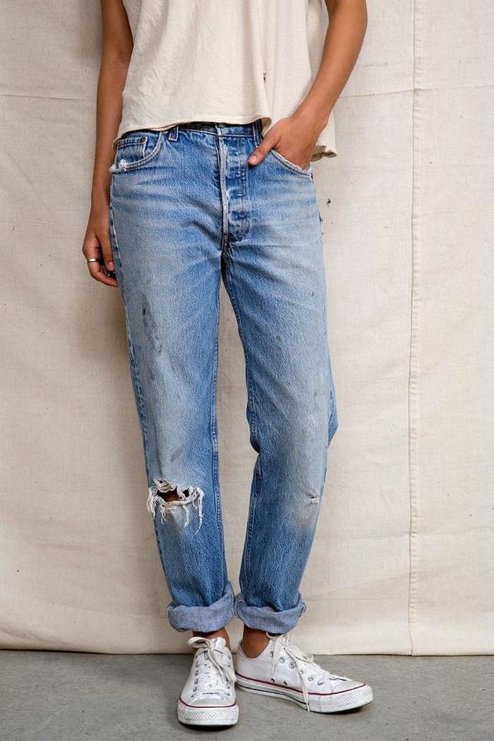 mode des années 80 jeans légèrement déchirés avec baskets blancs