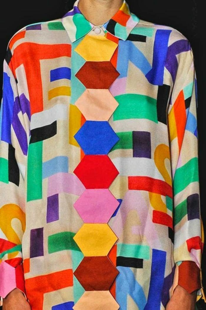 mode des année 80 chemisier large manches longues dans toutes les couleurs avec des formes géométriques excentrique