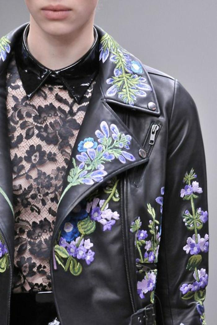 mode des années 80 mode année 1980 femme veste en cui aux broderies colorées de fleurs et chemisier en dentelle noire avec col en vynil