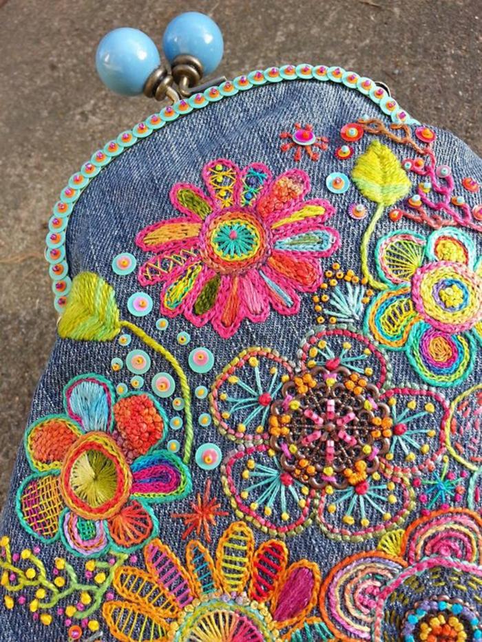 mode annee 1980 porte monnaie aux broderies couleurs pastel fleurs et perles en plastique