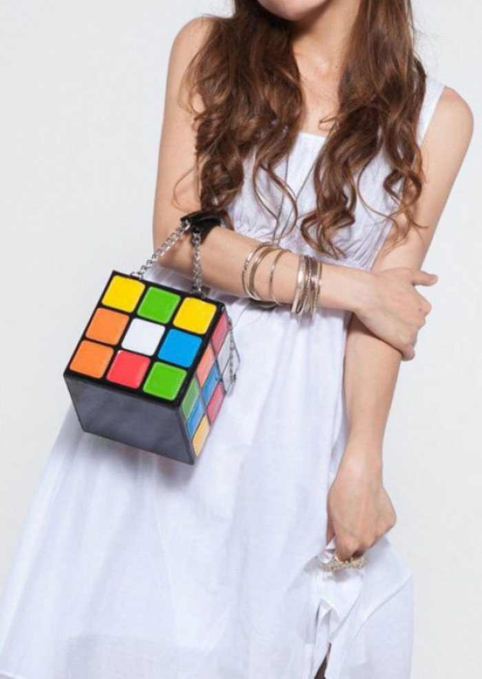 annee 80 look avec sac cube de Rubik et robe blanche fluide