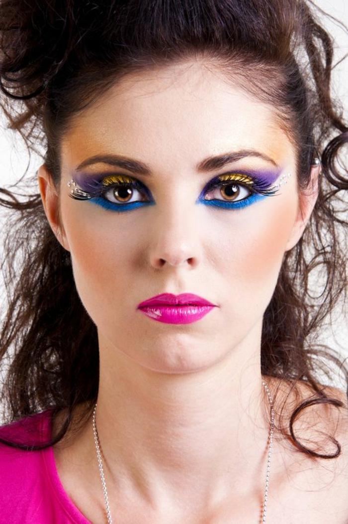 look des annees 80 maquillage lèvres fuchsia et yeux aux couleurs et formes de queue de paon