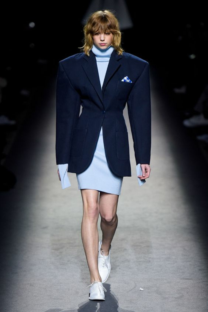 loon année 80 mode des épaulettes et de la taille ultra fine bien soulignée