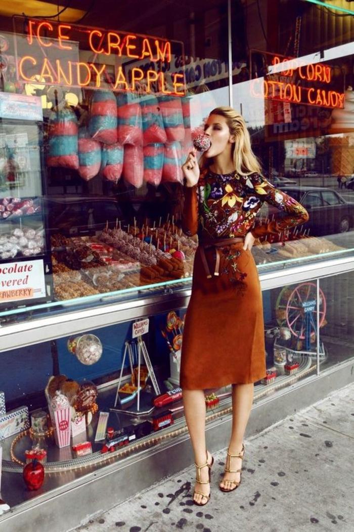 look annee 80 avec jupe trapèze longueur aux genoux et blouse manches longues haut en couleurs