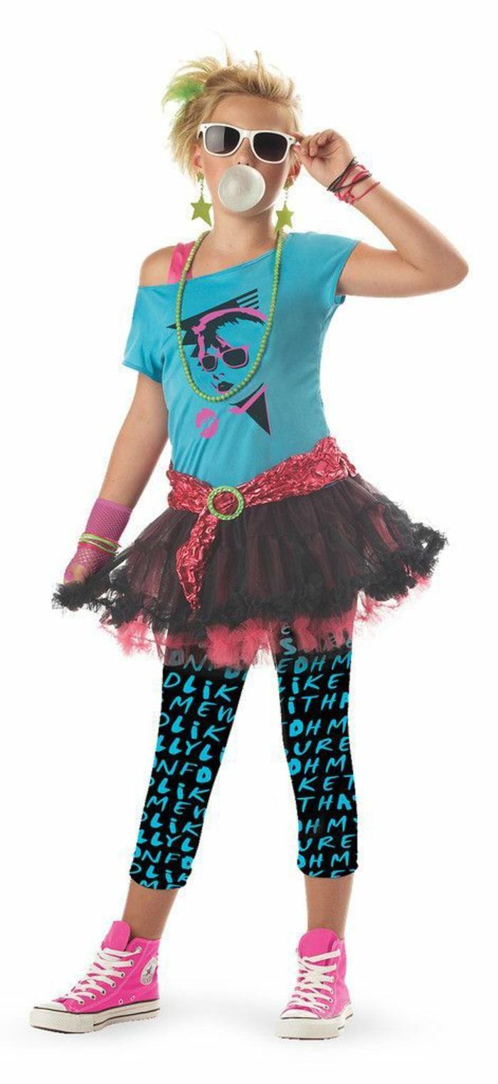 style vetement année 80 look à la Madonna avec baskets roses et jupe tutu avec blouse turquoise manches courtes