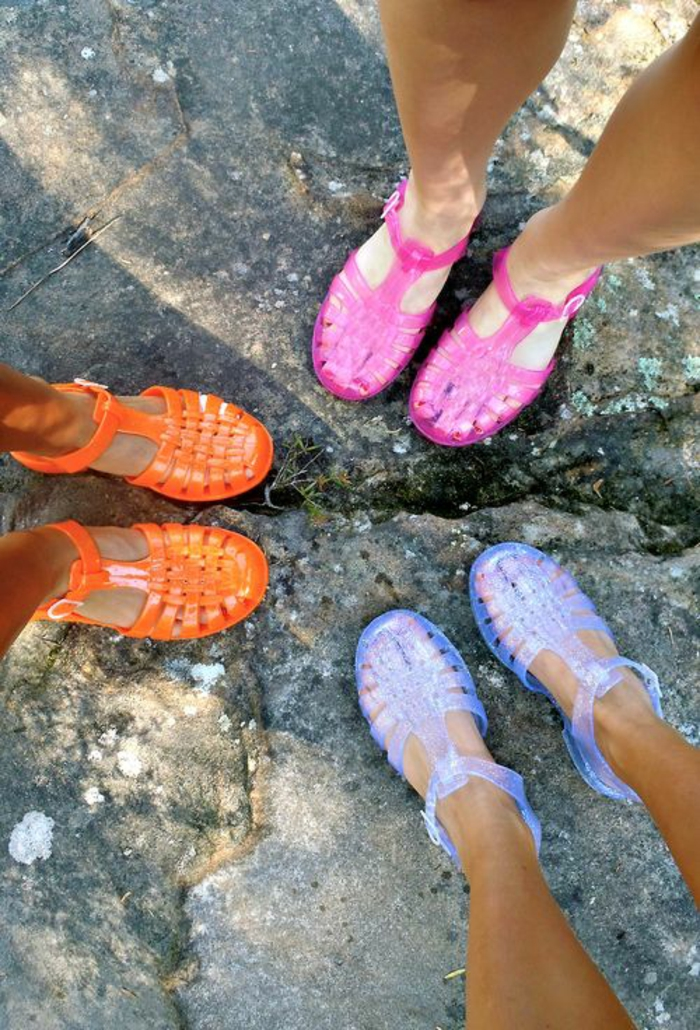 mode des années 1980 les chaussures en plastique aux couleurs flashy néon pour l'été