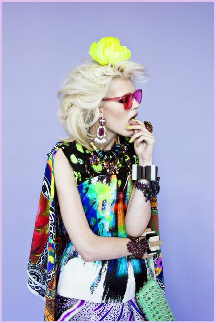 mode année 80 blouse aux couleurs délirantes et grande fleur jaune néon dans les cheveux