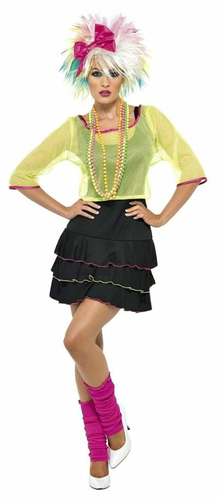 mode année 80 jupe à volants noire et blouse transparente en jaune criard manches 3/4 ourlets fuchsia