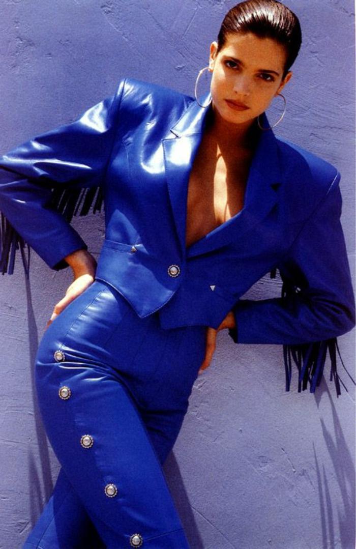mode année 80 ensemble avec pantalon en bleu électrique avec des parties métalliques rondes de cote sur le pantalon