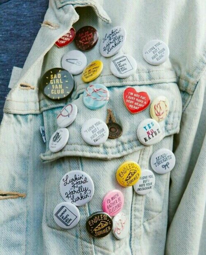 mode année 80 badges colorés aux messages d'amour