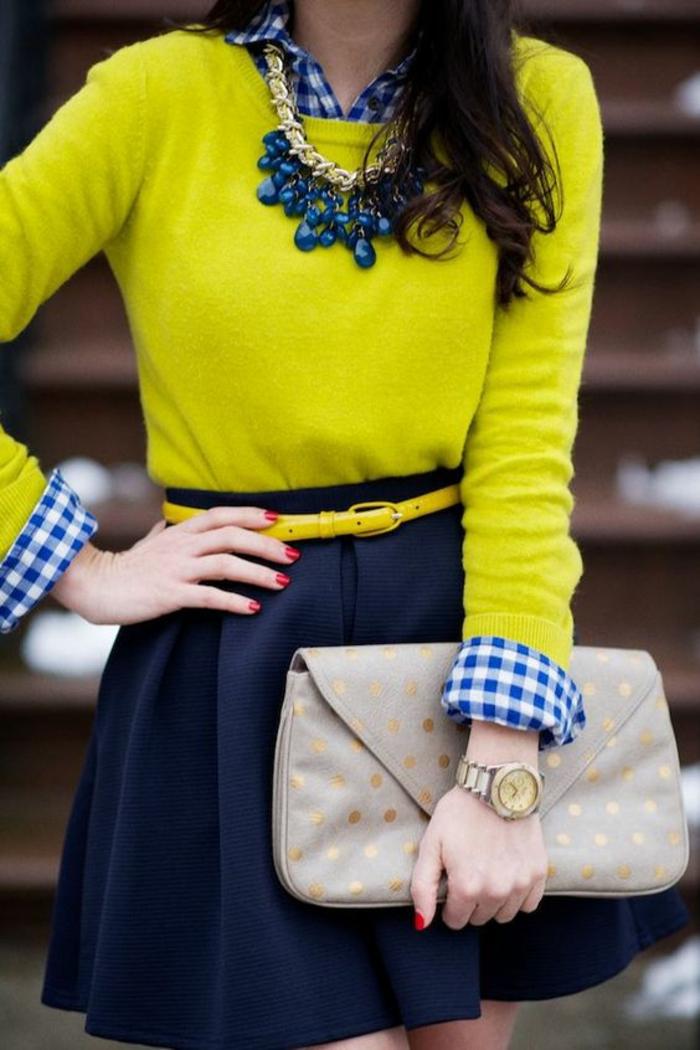 mode année 80 mini jupe trapèze fluide en bleu marine avec ceinture fine en jaune néon et pull col rond de la meme couleur
