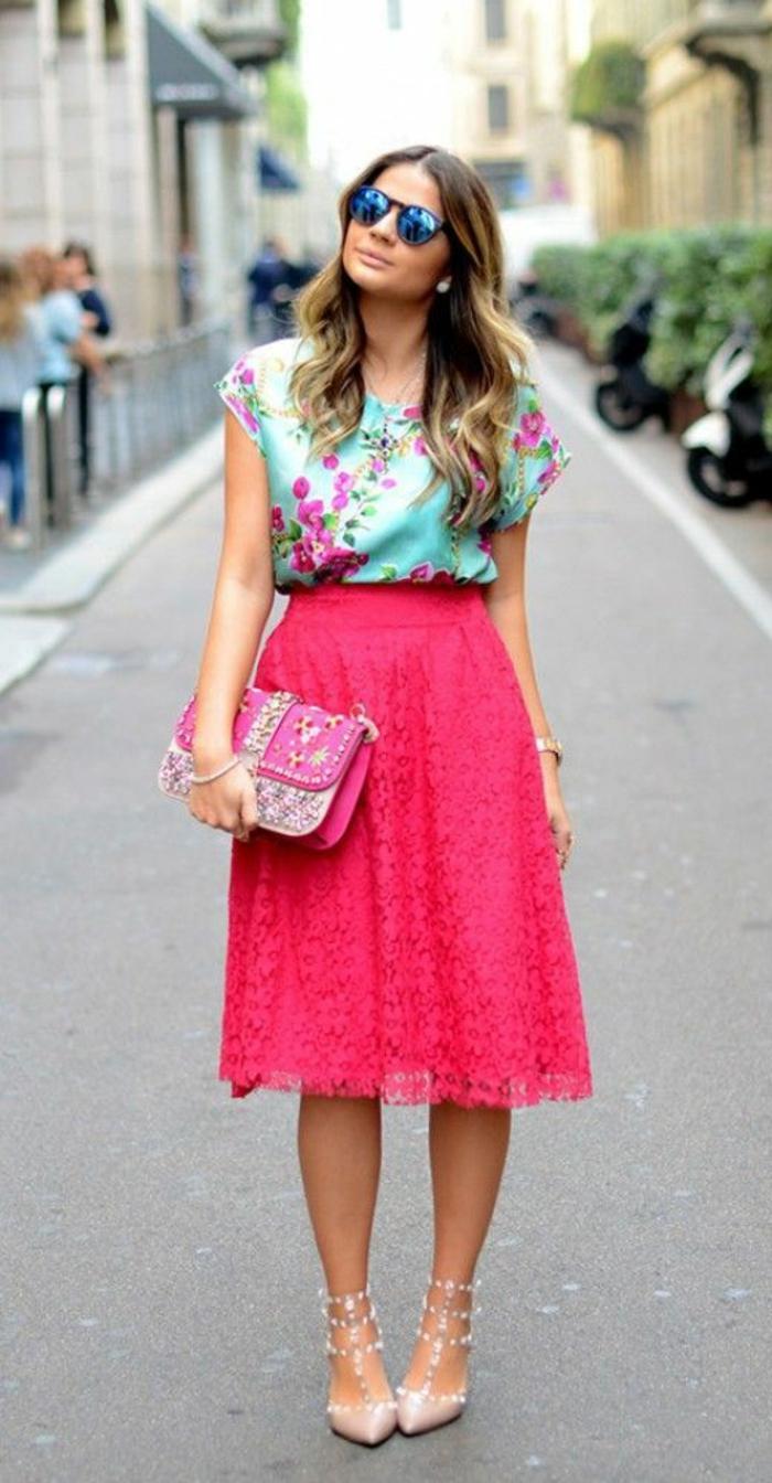 mode année 80 jupe en dentelle couleur fuchsia aux genoux chaussures bouts pointus et blouse en turquoise et fuchsia