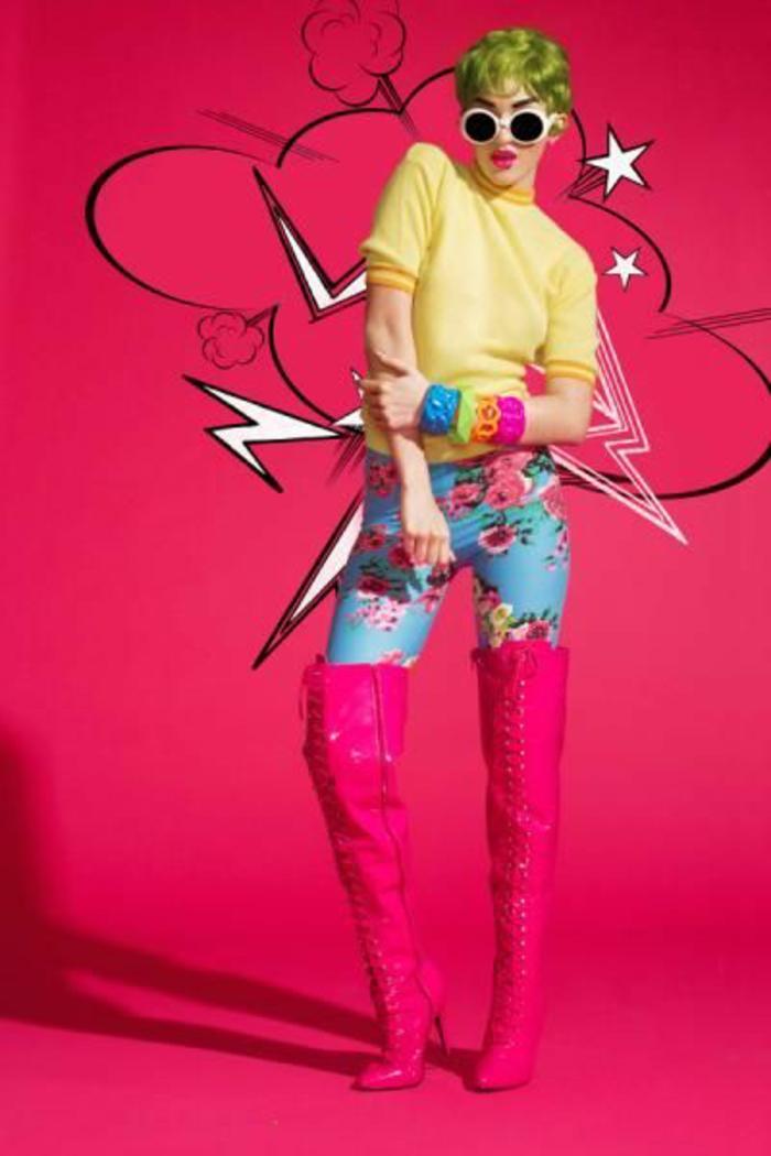 mode année 80 cuissardes en fuchsia avec pantalon moulant en turquoise et rose et blouse jaune canari avec beaucoup de bracelets larges au poignet