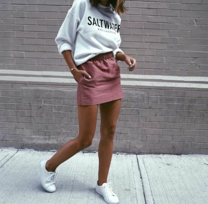 mode année 80 mini jupe poudre de rose avec des baskets blanches et sweat shirt large grande taille