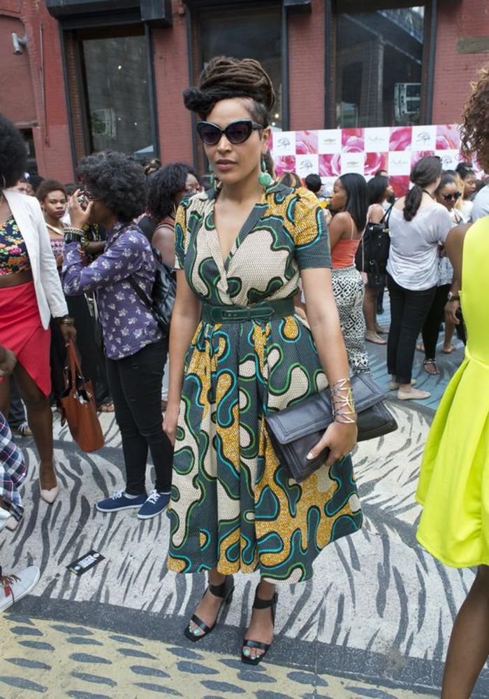 comment adopter la mode ethnique africaine, robe de style rétro resserrée dans la taille et des sandales à haut talon