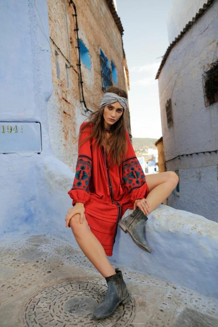comment adopter le style chic ethnique en été, robe chemise rouge à manches larges imprimées et bandeau de cheveux