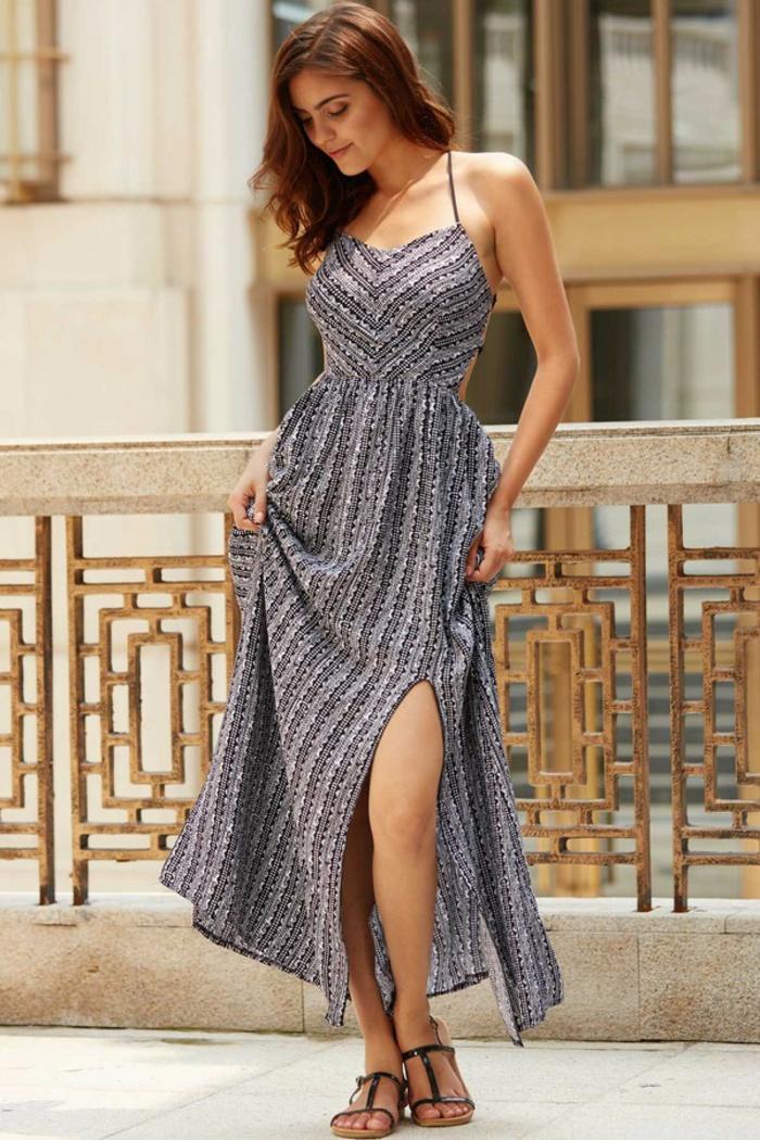 robe de style chic ethnique aux tons neutres, modèle de robe longue et fluide échancrée sur le côté