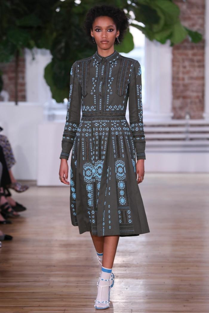 une robe à l'imprimé ethnique de style vintage, modèle de robe vintage longueur dessous du genou aux manches longues