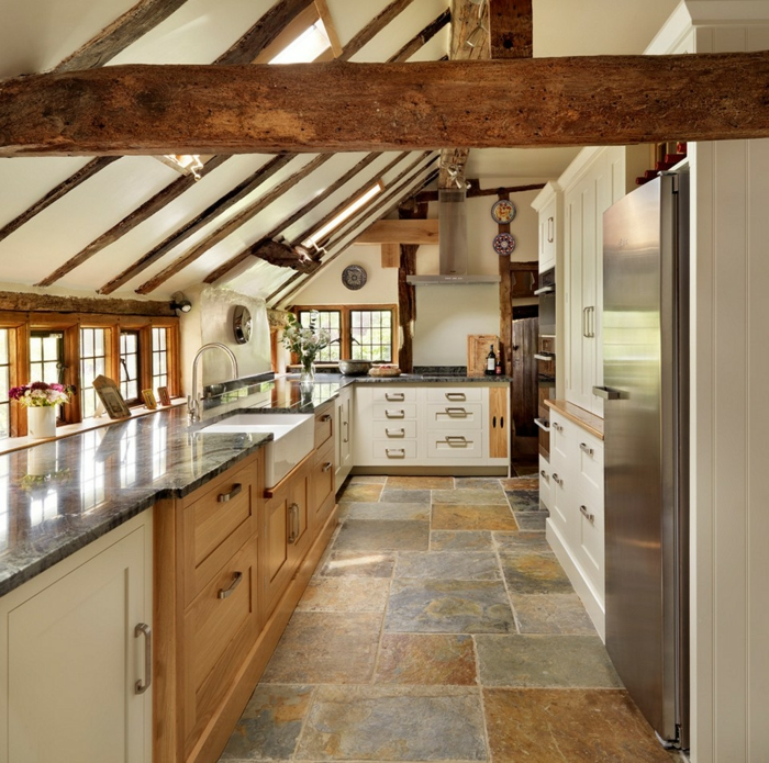 cuisine en bois, comptoir noir, fenêtre à carreaux en bois, cuisine actuelle, réfrigérateur, armoires de cuisine blanches