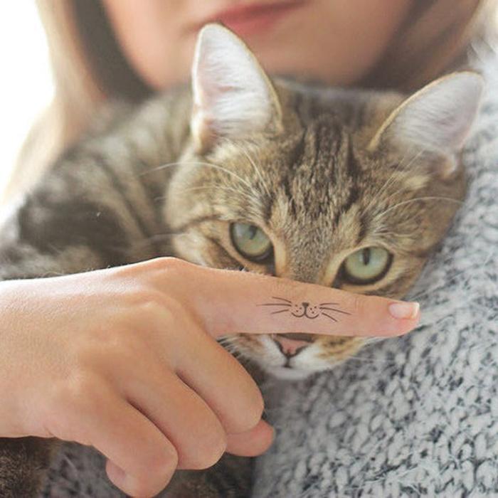 tatouage moustache chat doigt tattoo doigts main femme