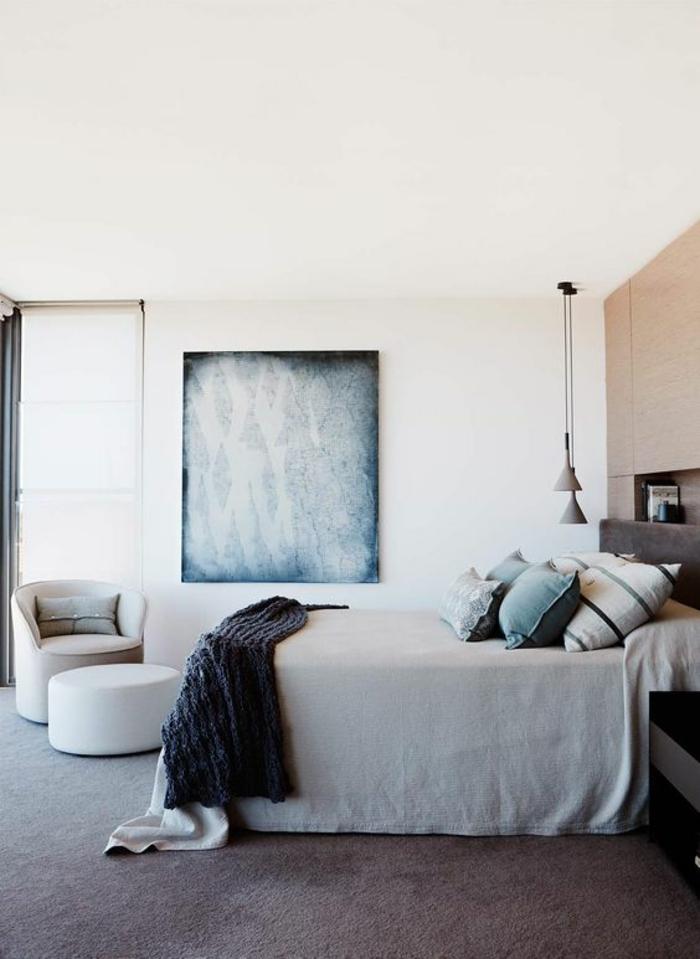 une chambre à coucher aux tons neutres, une suspension chevet à double abat-jour conique