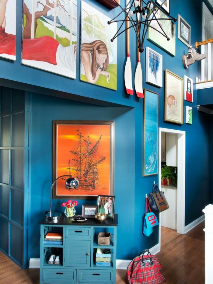 deco mur, armoire bleu, panier en fibre végétale, parquet stratifié, plantes vertes, rampe en bois peinte en blanc