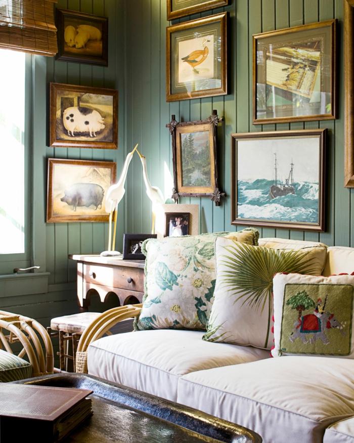 cadre rectangulaire, tabouret marron, bureau en bois, murs verts, livre, stores en bambou