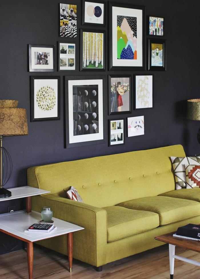 cadre photo original, décoration salon, canapé vert, table basse en bois, livres, lampe beige