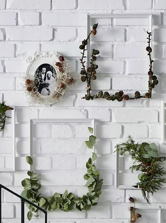 mur de cadres blanche, idee comment customiser un cadre blanc de plantes, branches, photo de mariage vintage
