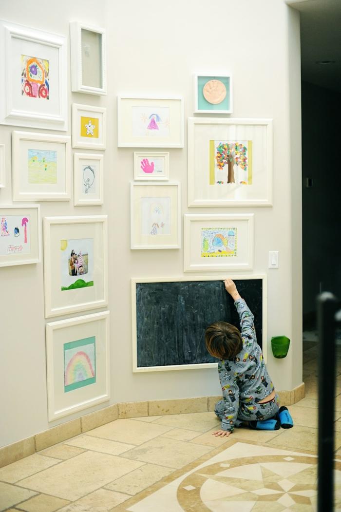 cadre mural, petit garçon, murs blancs, décoration murale, dessin enfant, cadres blancs, couloir