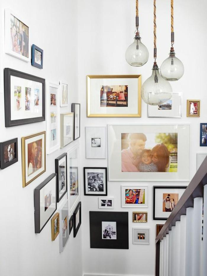 cadre photo personnalisé, murs blancs, lampes suspendues en verre, rampe blanche