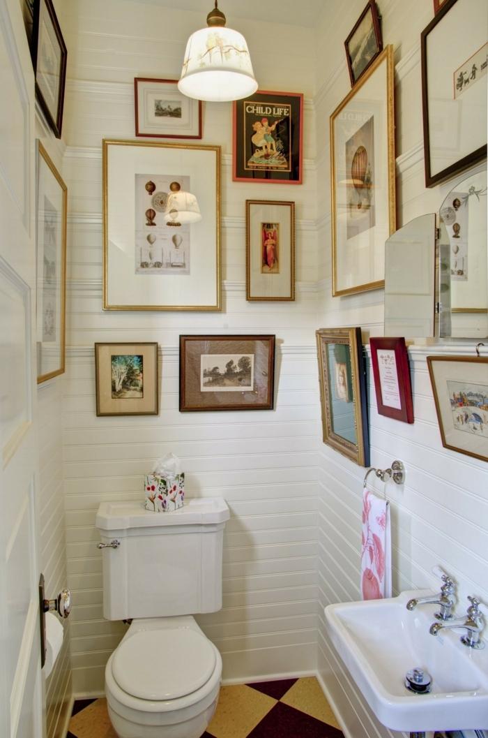 cadre rectangulaire, toilettes, lavabo, murs blancs, lampe motif marbre, cadres dorés, cadre rouge, miroir