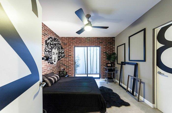 habiller un mur de cadres, exemple de chambre à coucher moderne, papier peint briques, mur d accent gris, linge de lit et tapis noir, tapis gris