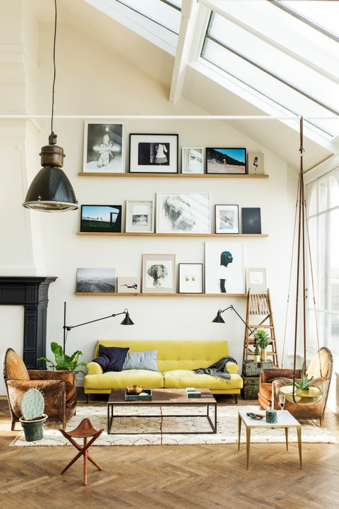 deco mur, table basse en bois, lampe noire, cheminée noire, murs beige, mansarde, grande fenêtre