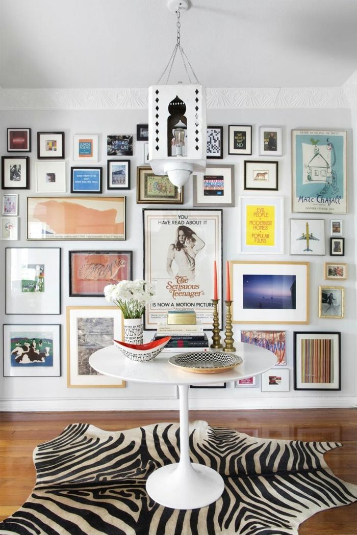 cadre photo personnalisé, bol en blanc et rouge, vase blanche avec lettres noires, tapis zèbre, plafond blanc
