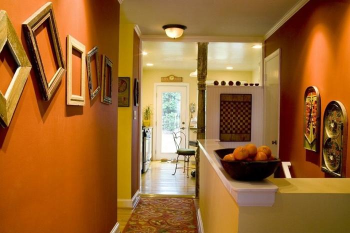 habiller un mur de cadres en bois, rangement asymétrique, bar, deco murale orientale, bol, rempli d oranges, tapis oriental
