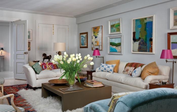 cadre mural, porte en bois, table basse, tapis en faux fur, bouquet de tulipes blanches, fauteuil en velours bleu, lampes rose