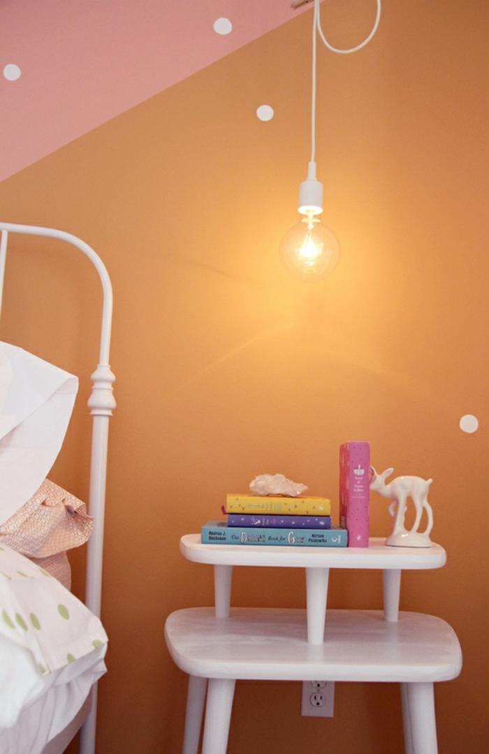 une suspension chevet blanche à ampoule nue, une chambre d'enfant originale aux murs bicolores en rose et orange