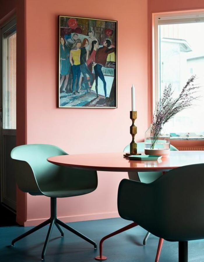 rose saumon, chaises vertes, table ovale et peinture rose corail, intérieur moderne
