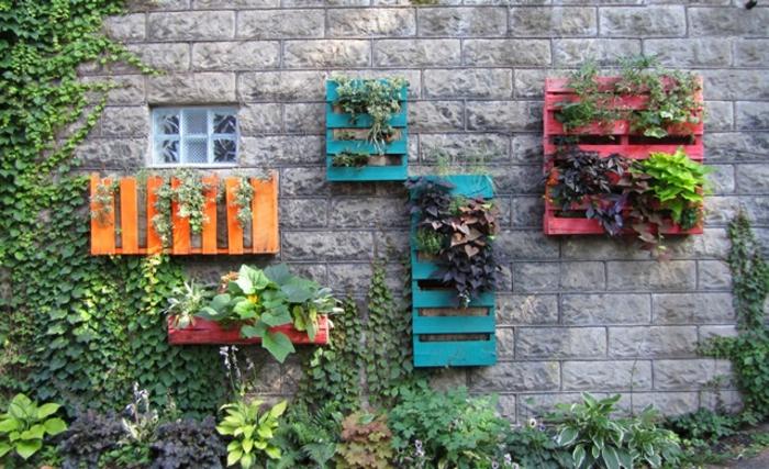 mur végétal palette, maison ancienne avec palettes peintes et suspendues