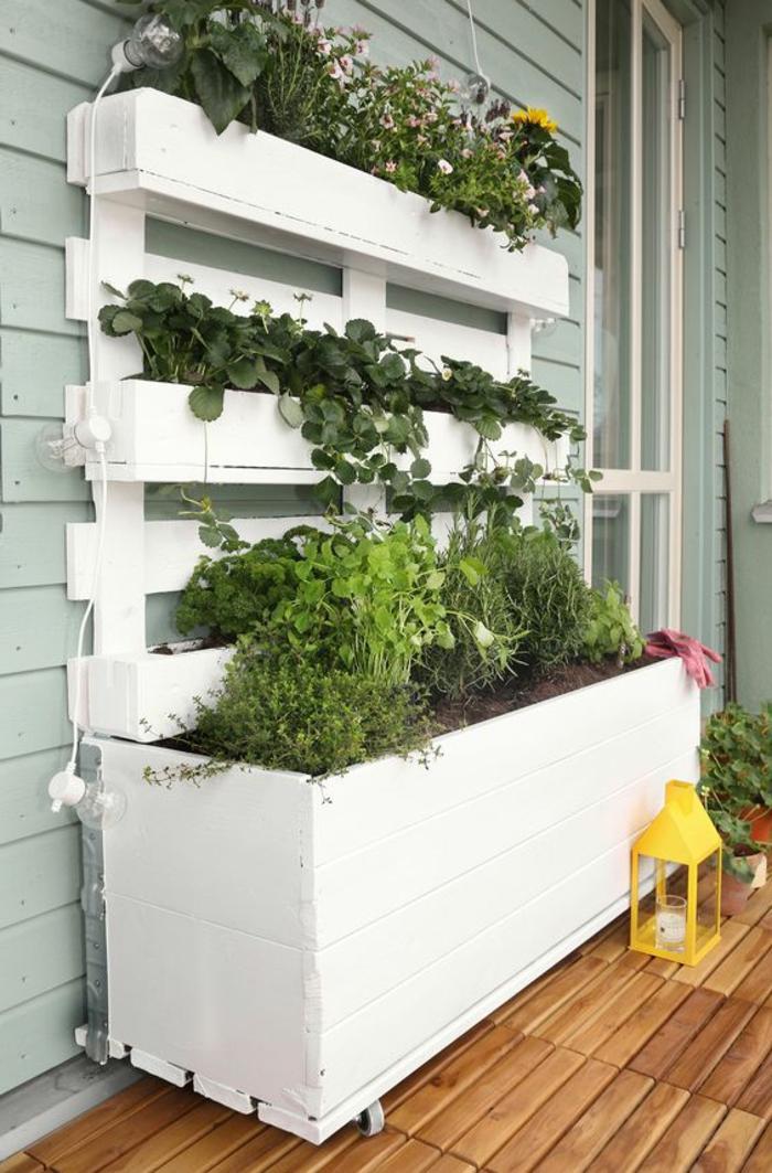 mur végétal palette, grande jardinière blanche et mur végétal crée avec des palettes