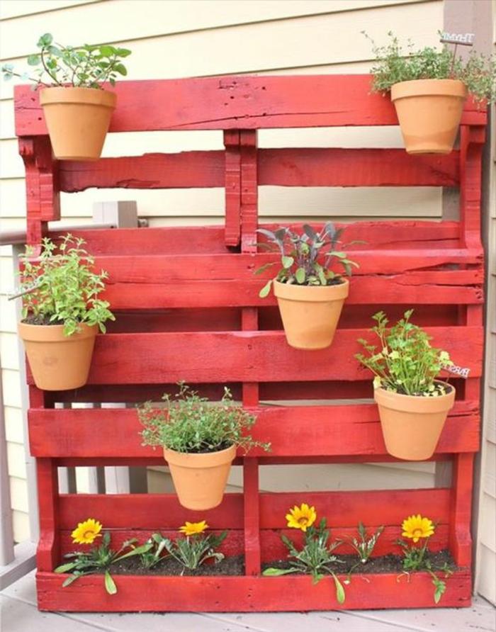 mur végétal palette, palette rose-rouge avec jardinière et pots de fleurs oranges