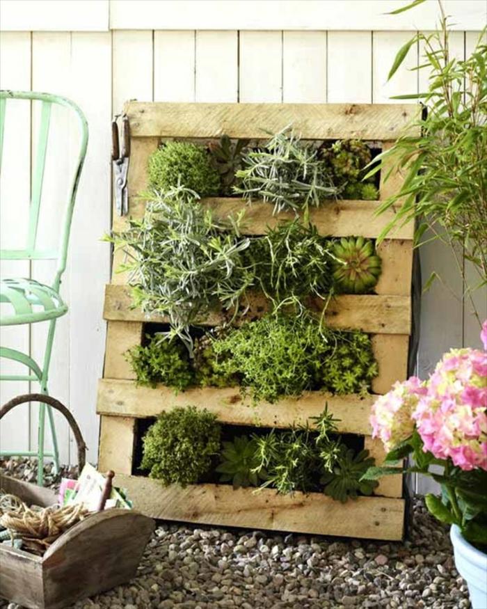 mur vegetal en palette, décoration verte avec des plantes et une palette