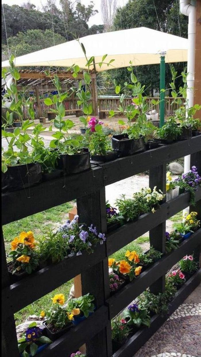 mur vegetal palette, cloison et jardinière en bois de paletten décoration fleurie pour le jardin